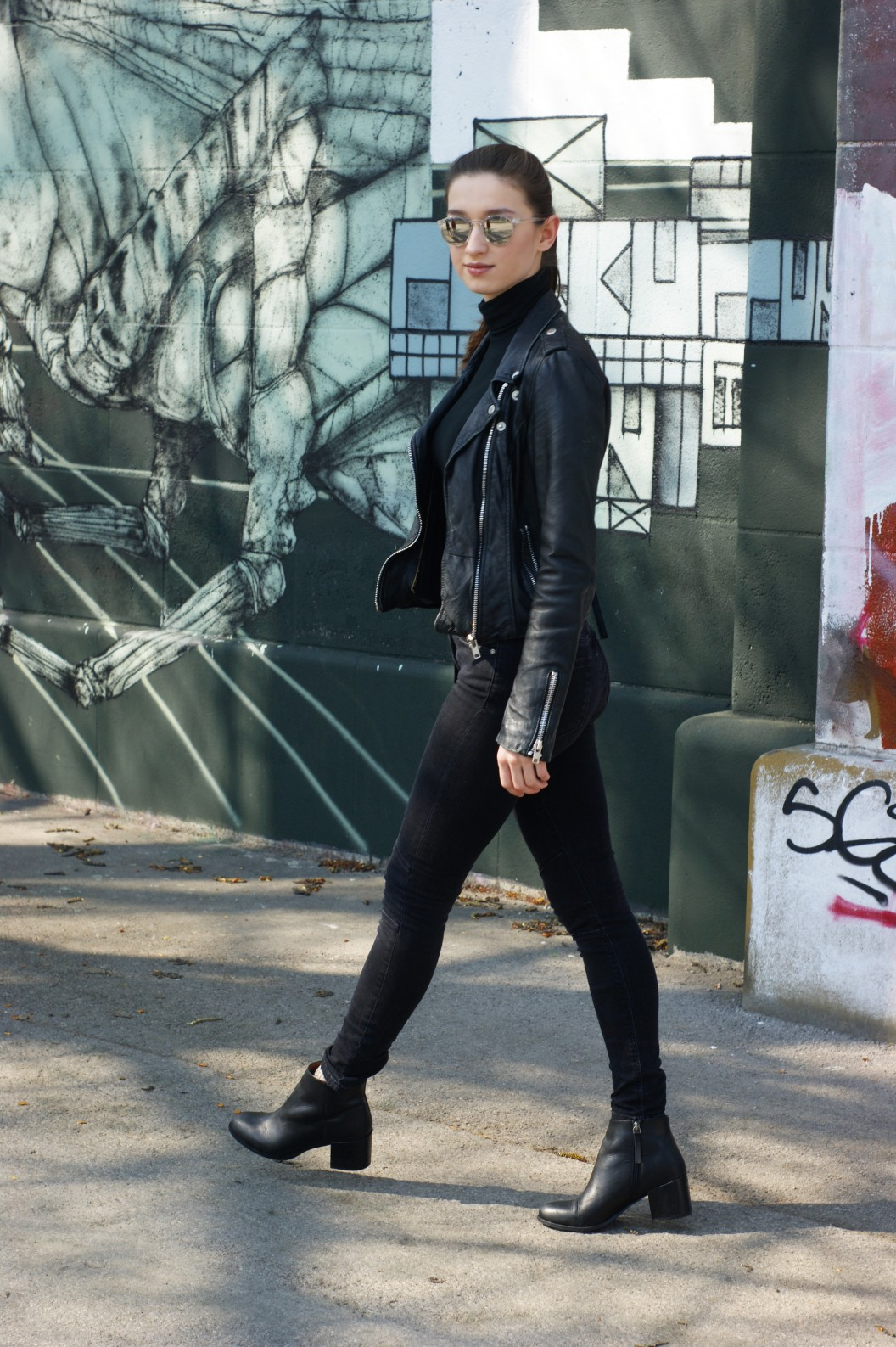 fashion blogger sarafi inspire their readers with an all black outfit. look back at you.